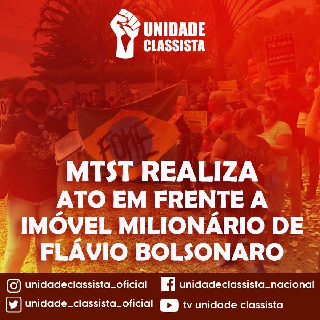 MTST REALIZA ATO EM FRENTE A IMÓVEL MILIONÁRIO DE FLÁVIO BOLSONARO